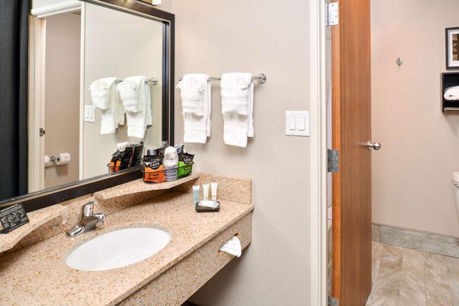 Best Western Plus Kelly Inn - Omaha - Bathroom
