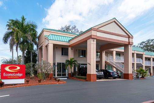 Econo Lodge Inn & Suites - Clearwater - Building