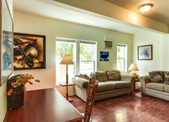 Maple Leaf Furnished Manor Apartments - Spokane - Salon