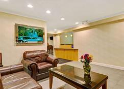 Days Inn by Wyndham Bethel - Danbury - Bethel - Living room