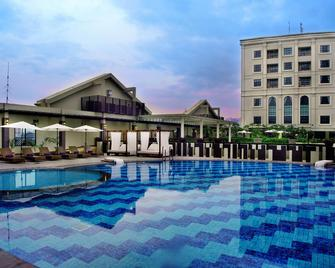Grand Aston City Hall Hotel & Serviced Residences - Medan - Pool