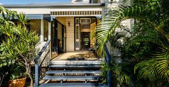 Bowen Terrace Accommodation - Brisbane - Building