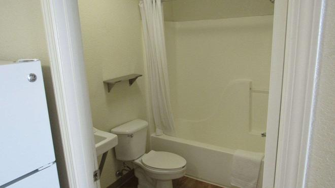 Intown Suites Extended Stay Lewisville Tx East Corporate Drive - Lewisville - Bathroom