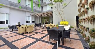 Whiz Hotel Malioboro Yogyakarta - יוגיאקרטה - פטיו