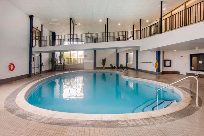 Quality Inn & Conference Centre - Orillia - Pool