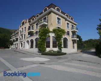 Villa Allegra - Kavarna - Building