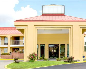 Super 8 by Wyndham Madison/Ridgeland Area - Madison - Building
