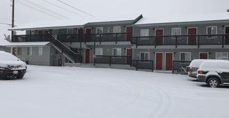 Mt. Bachelor Motel - בנד