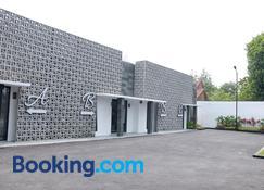RedDoorz Plus Near Unimed Medan - Medan - Building