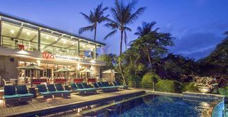 Away Bali Legian Camakila Resort - קוטה - בריכה