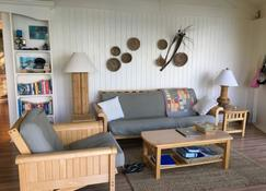 Coco Nut Tree House is nestled in Tropical Foliage on Crystal Clear Sea of Abaco - Green Turtle Cay - Living room