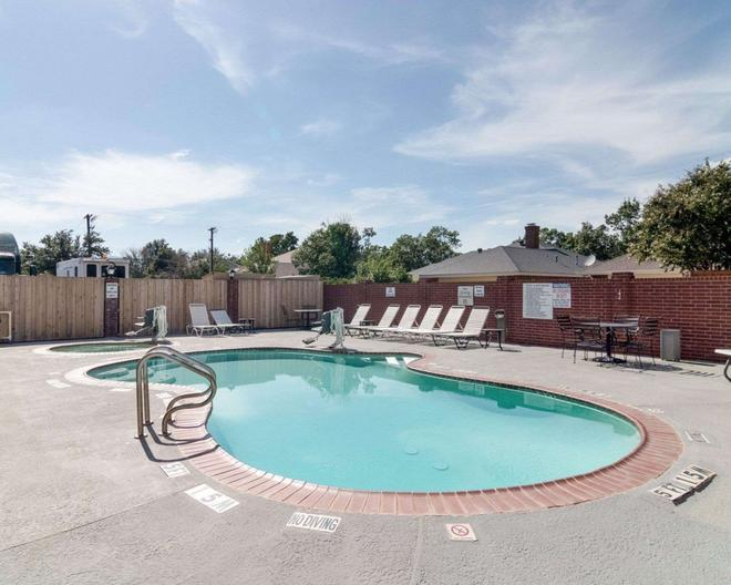 Quality Suites - Midland - Pool
