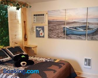 Bear Cove Inn - Saint Ignace - Bedroom