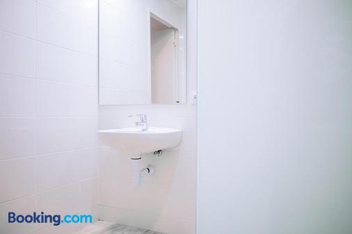 Palma Port Hostel - Albergue Juvenil - Palma de Mallorca - Bathroom