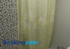 Hostal Bisbal - Valencia - Bathroom
