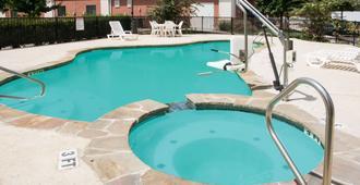 Days Inn by Wyndham Central San Antonio NW Medical Center - San Antonio - Pool