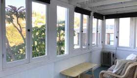 Charming 2BR Cape-style in Silver Lake with Sun Porch And Views - Los Angeles - Sala
