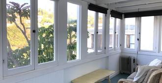 Charming 2BR Cape-style in Silver Lake with Sun Porch And Views - Los Angeles - Phòng khách