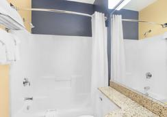 Microtel Inn & Suites by Wyndham Chili/Rochester Airport - Rochester - Bathroom