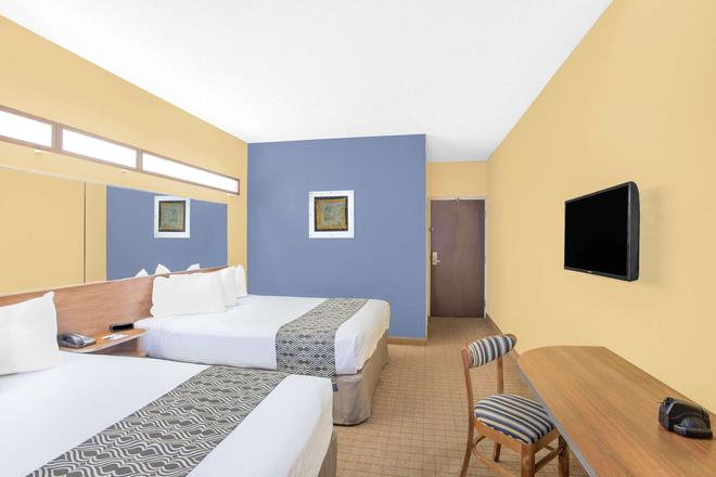 Microtel Inn & Suites by Wyndham Chili/Rochester Airport - Rochester - Bedroom