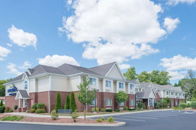 Microtel Inn & Suites by Wyndham Chili/Rochester Airport - Rochester - Building