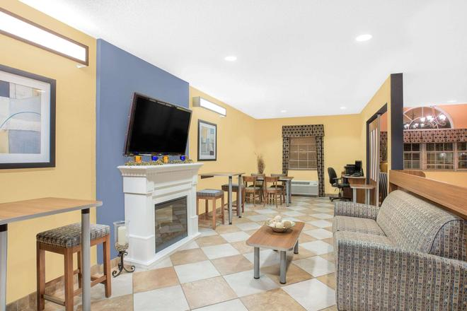 Microtel Inn & Suites by Wyndham Chili/Rochester Airport - Rochester - Living room
