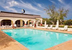 Days Inn & Suites by Wyndham Starkville - Starkville - Pool