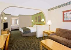 Days Inn & Suites by Wyndham Starkville - Starkville - Schlafzimmer