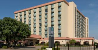 Embassy Suites by Hilton Tulsa I-44 - Tulsa - Building