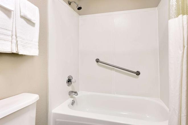 Super 8 by Wyndham Athens - Athens - Bathroom