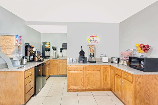 Super 8 by Wyndham Athens - Athens - Buffet