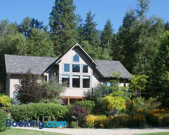 Windborne Bed & Breakfast - Castlegar - Building