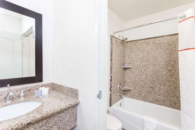 Hawthorn Suites by Wyndham Victorville - Victorville - Bathroom
