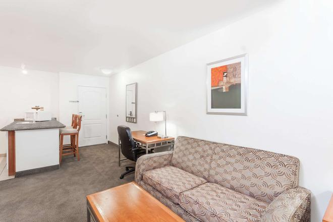 Hawthorn Suites by Wyndham Victorville - Victorville - Living room
