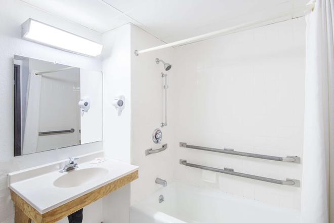 Super 8 by Wyndham Groton - Groton - Salle de bain