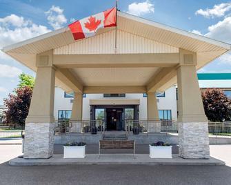 Clarion Hotel & Conference Centre - Pembroke - Building