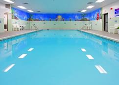 Holiday Inn Express Stony Brook-Long Island - Сентерич - Бассейн