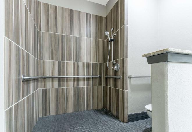 Super 8 San Antonio Northeast - San Antonio - Bathroom