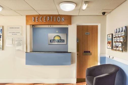 Days Inn by Wyndham Watford Gap - Northampton - Front desk
