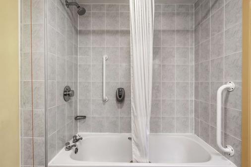 Days Inn by Wyndham Watford Gap - Northampton - Bathroom