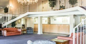 Econo Lodge & Suites - Greensboro - Lobby