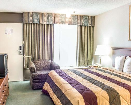 Econo Lodge & Suites - Greensboro - Bedroom