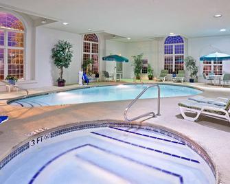 La Quinta Inn & Suites by Wyndham Cleveland Macedonia - Macedonia - Bazén