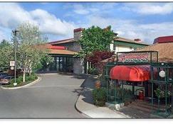 Rogue Regency Inn and Suites - Medford - Edificio