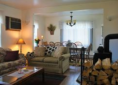 Charming Mt. Rainier Getaway! Downtown Packwood /Close To Rainier National Park - Packwood - Living room