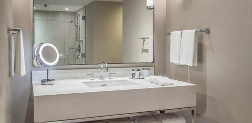 The Marquette Hotel, Curio Collection by Hilton - Minneapolis - Bathroom