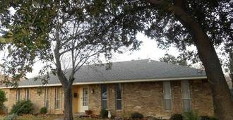 Alla's Historical Bed and Breakfast, Spa and Cabana - Dallas - Building