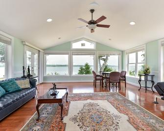 Beautiful Riverfront Home. With Dock, Kayaks, Paddle Board. Magnificent Views - Elkton