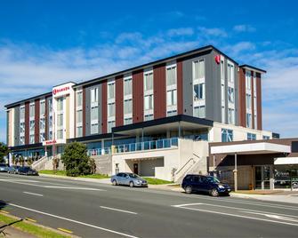 Ramada Suites by Wyndham Albany - Albany - Building