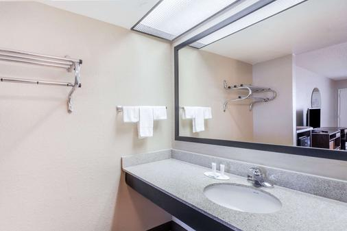 Super 8 by Wyndham Pigeon Forge-Emert St - Pigeon Forge - Bathroom